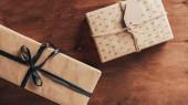 felülnézet-két karácsony bemutat tag fából készült háttér