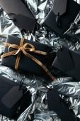 ploché vedení ozna.ený uspořádány dárek, krabice a prázdné cenovky na silver balicí papír pozadí, černý pátek koncept