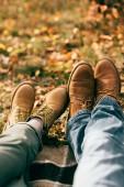 Kameraansicht auf zwei Paare von Orange Stiefel im schönen Laub im Herbst