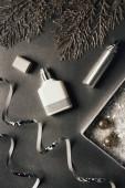 Fotografia vista superiore di profumi, Nastri lucidi e bagattelle di Natale su grey