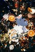 Fotografie flache Lay mit Zigaretten, alkoholische Cocktails, Whiskey und Partei Hörner auf Tisch fallenden goldene Konfetti