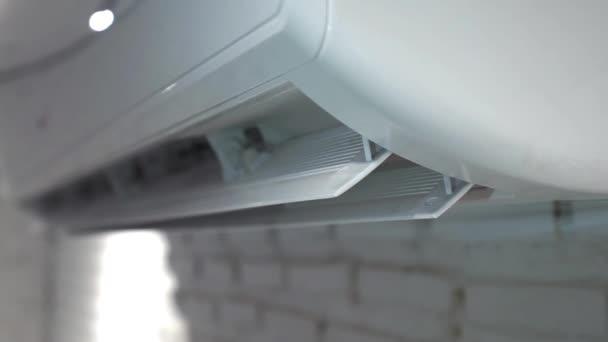 Offene Schaukel für Klimaanlage wird im Schlafzimmer verwendet