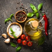 Spezie, erbe, olio di oliva e verdure vista dallalto.