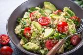 Fotografie Quinoa salát s listovým špenátem, avokádem a rajčaty