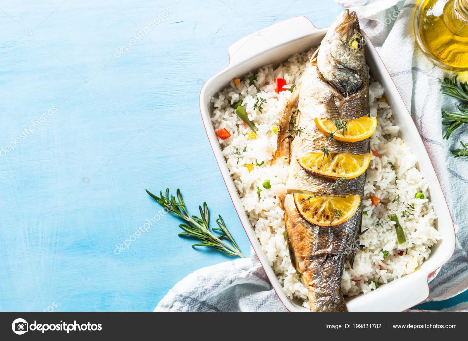Pesce Branzino Al Forno Con Riso E Verdure Foto Stock Nadianb
