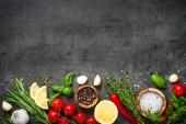 Fűszerek, fűszernövények és zöldségek a fekete felülnézet.