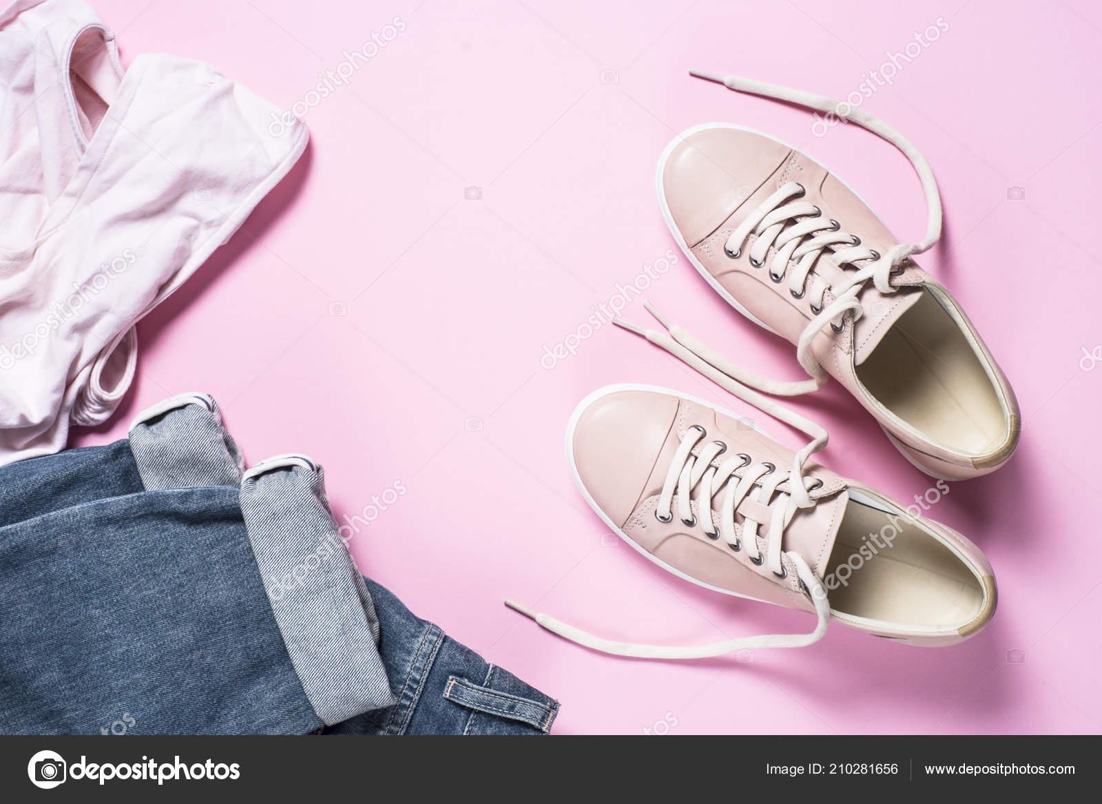 b5e1437c Mujer moda tela set - vaqueros en fondo rosa, top y zapatos rosa. Vista  superior copia espacio — Foto de ...