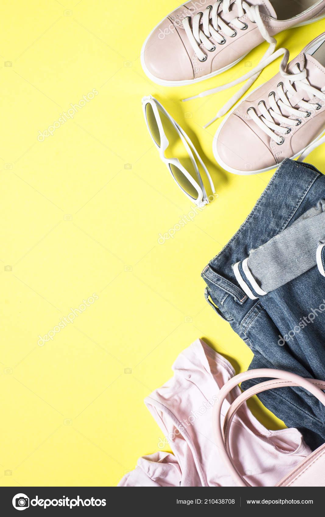 fb71583f Mujer moda tela set - zapatos rosa, top y jeans sobre fondo amarillo. Vista  superior copia espacio — Foto de ...
