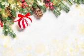 Vánoční pozadí s jedle, červené koule a ozdoby na