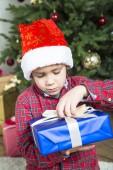 Fotografie Weihnachten Kind mit Geschenkbox.
