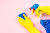 Žena čištění růžové povrch.