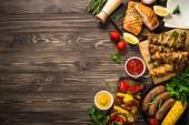 Grill tál-grillezett hús, hal, kolbász és zöldség.