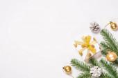 Vánoční byt ležel na pozadí se zlatými dekoracemi na bílém.