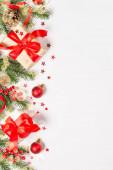 Vánoční byt ležel na pozadí s dekoracemi na bílém.