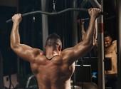 Tělocvična školení svalnatý muž