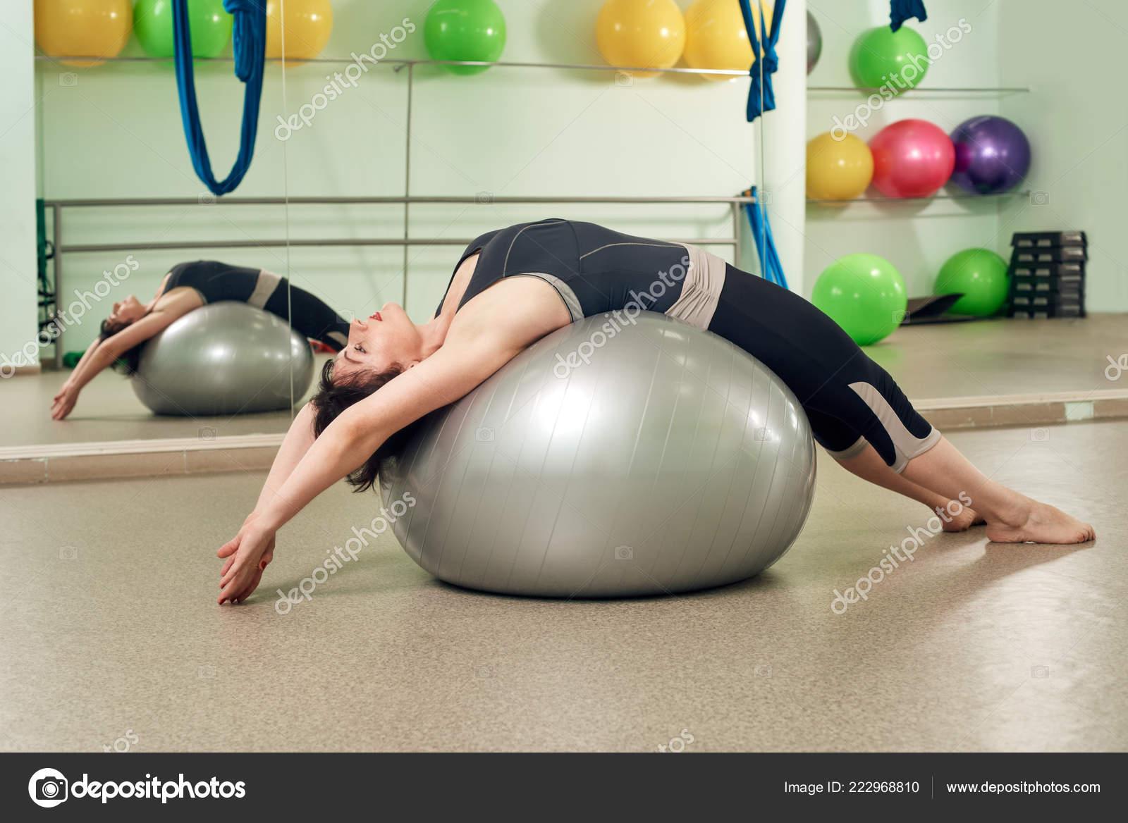 exercer sur le ballon de fitness — photographie seenaad © #222968810