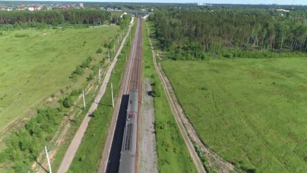 Dva osobní elektrické vlaky se pohybují podél železniční trati. Čítač přenosů vlaků