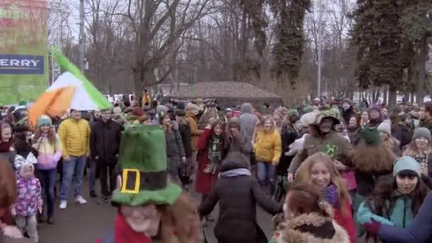 Rusko, Moskva - 16. března 2019: Oslava dne svatého Patrika v moskevském parku Sokolniki. Lidé tančí a mávat Irská vlajka