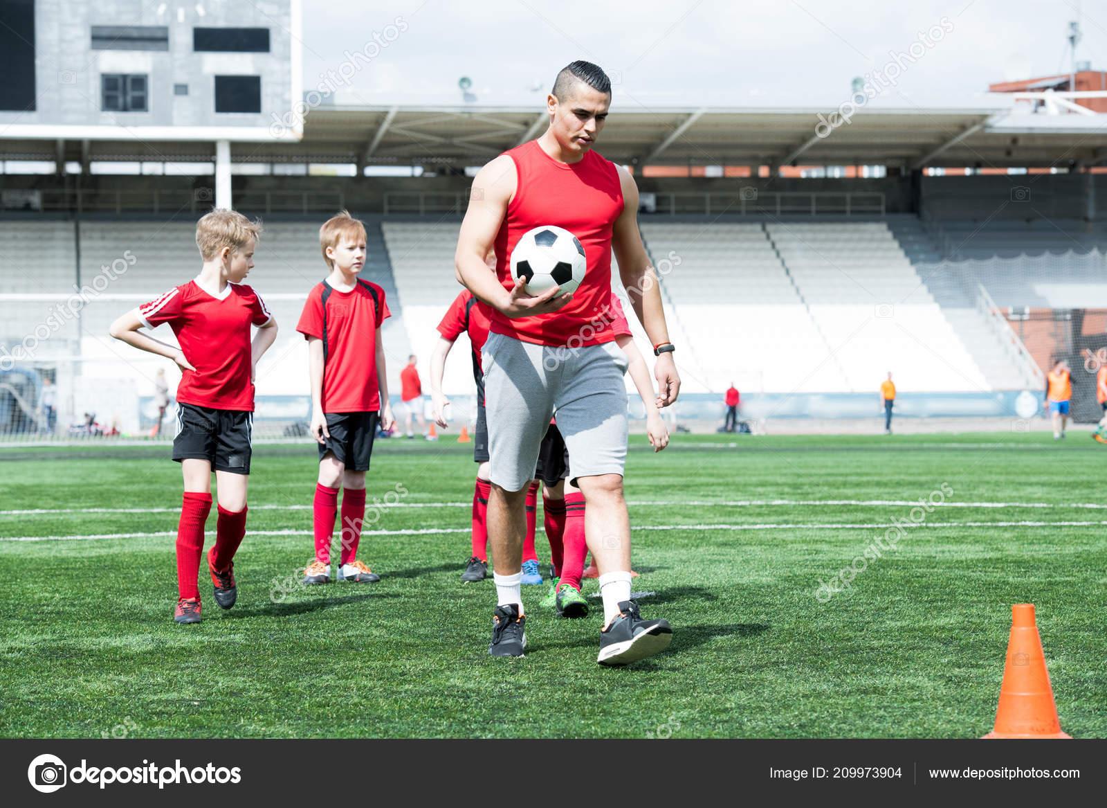 Completo Retrato Comprimento Treinador Futebol Latino