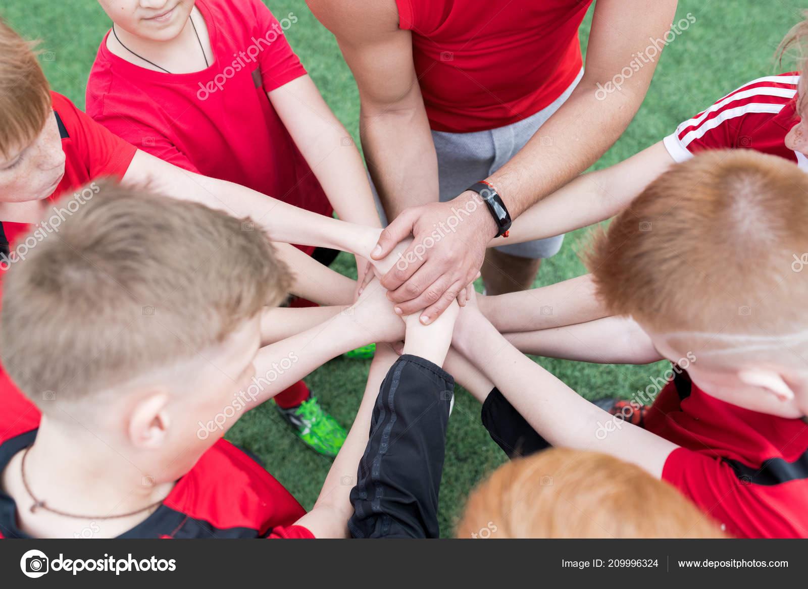 Alto ângulo Mãos Empilhamento Futebol Júnior Equipe Durante