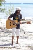 Port Louis, Mauritius - 18. März 2017 : Afrikanischer Animator spielt Gitarre und tanzt für Touristen. Die Insel Mauritius ist bei Touristen beliebt.
