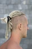 Porträt eines jungen Mannes mit Dreadlocks auf dem Kopf. Nahaufnahme