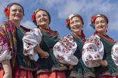 Ukrajinské ženy v národních kostýmech se účastní etno-Eco festival Kolodar ve městech Slavuta, Ukrajina