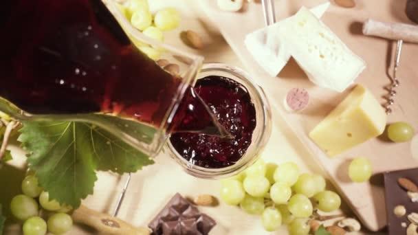 Pohled shora na sklenici a láhev vína a občerstvení
