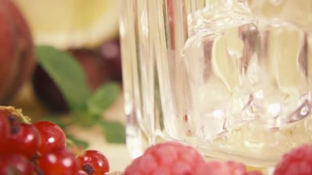 Lassított egy pohár jég között a bogyók öntsük egy ital