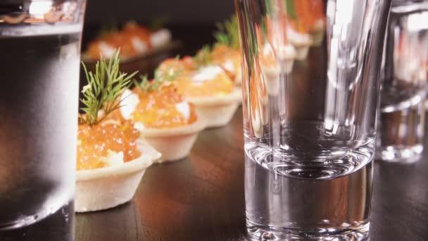 Ein Glas Wodka auf den Tisch mit einem snack
