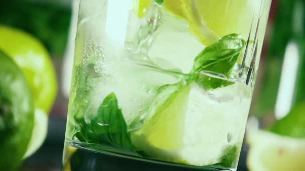 Zpomalený pohyb nalijte vodku do sklenice s ledem, citrusových