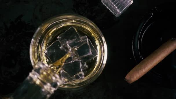 Lassú mozgás whiskey, egy üveg és egy szivar