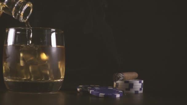 Szivar lassú mozgás és játék zseton és egy pohár whiskyt