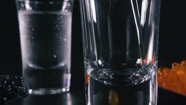 Zeitlupe 2 Gläser Wodka neben den Kaviar