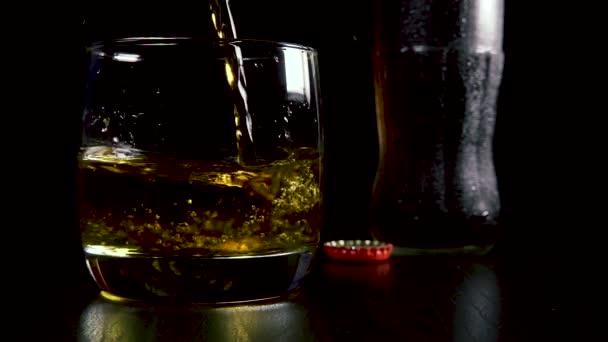 Lassú mozgás, egy erős alkoholos ital egy pohár szóda pour