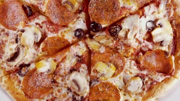 Dokončené pizzu v krabici se otáčí v pohledu shora kruh