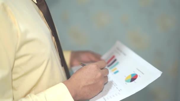 Mladí inteligentní manažer práci s nový úspěch spuštění projektu analyzovat graf plán: bankovnictví, účet, investiční analytického výzkumu dat ekonomiky, obchodní koncepce firmy