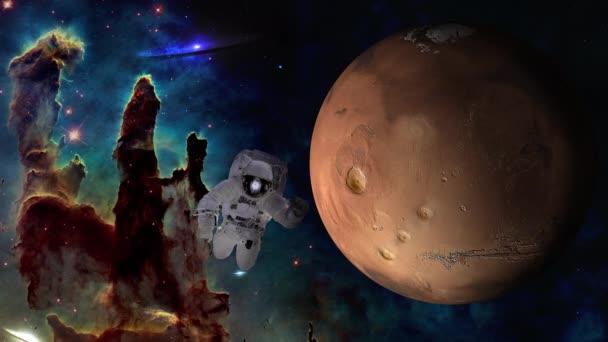 Asrtonaut v hlubokém vesmíru poblíž rotující planeta Mars a pilíře stvoření. 4 k videozáznamu. Prvky tohoto obrázku jsou podle Nasa