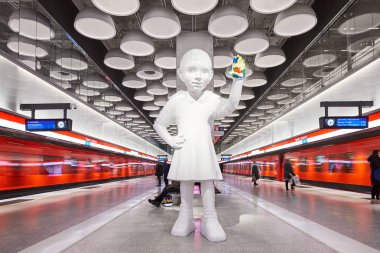Helsinki metro, Tapiola station with Kim Simonsson's sculpture