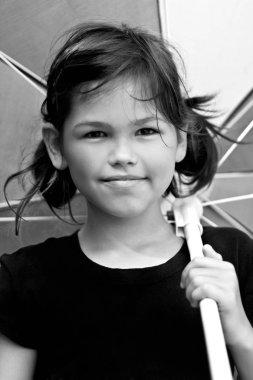 Güzel küçük kız büyük renkli şemsiye ile ve yaz günü