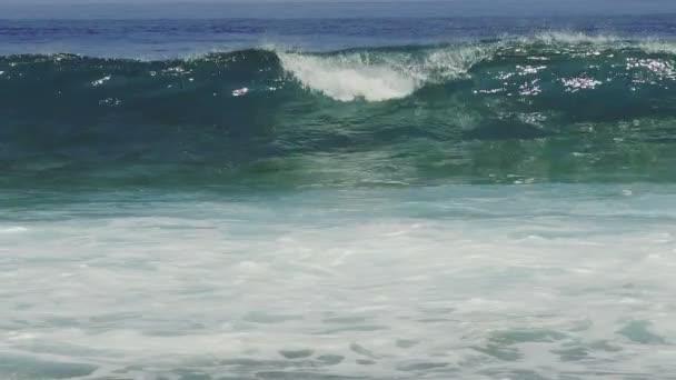 Jedna velká vlna zřítilo v tyrkysová Clear oceán vody zpomalené