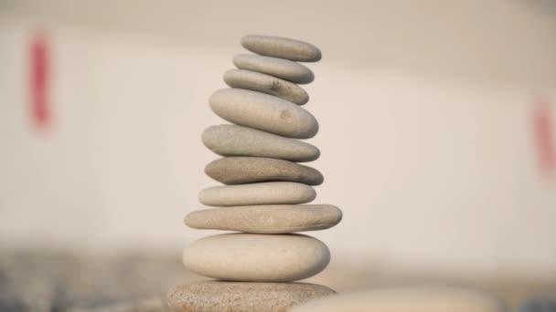 A kőből készült piramis építésének folyamata. Egy közeli kéz helyezi a felső követ a piramis tetejére. A lenyugvó nap sugarai. A nyugalom fogalma.