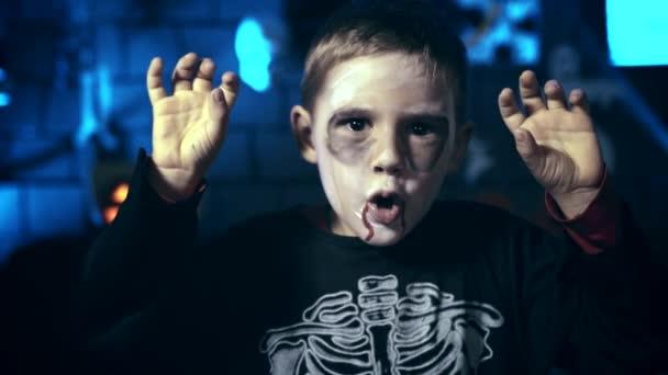 Strašidelné chlapeček bez mejkapu lebky pro halloween pomocí prstů vyděsit