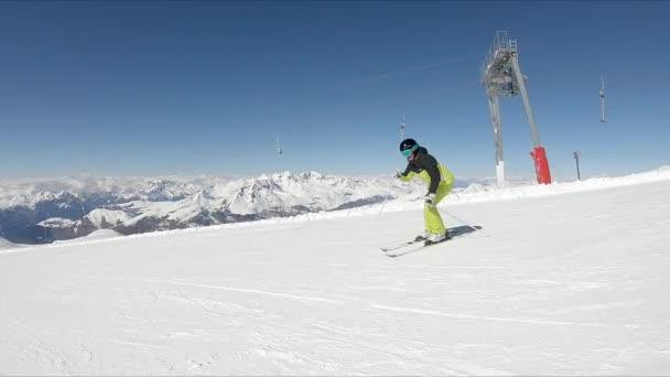 Ženská lyžař na lyžařské trase