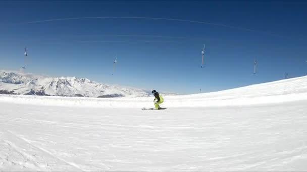 Skifahrerin stürzt auf Skipiste