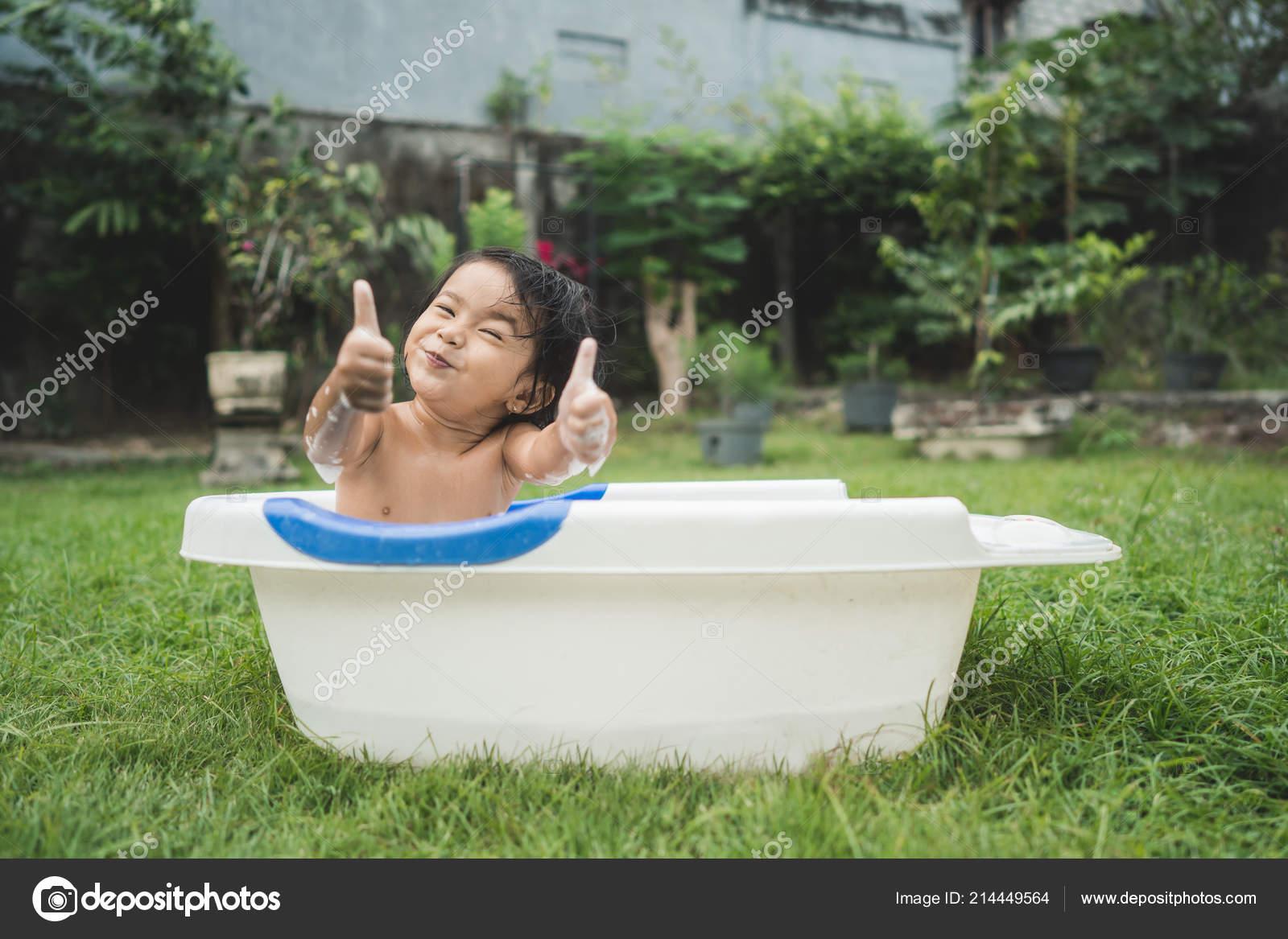 Giochi Di Fare Il Bagno Nella Vasca.Neonata Bella Felice Fare Un Bagno In Una Vasca Da Bagno Bambino
