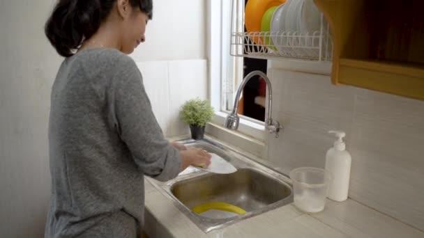 Mytí nádobí v kuchyni umyvadlo