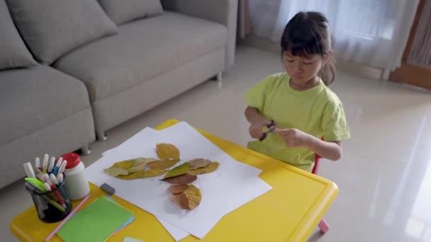 Kinderaktivität Basteln aus trockenen Blättern