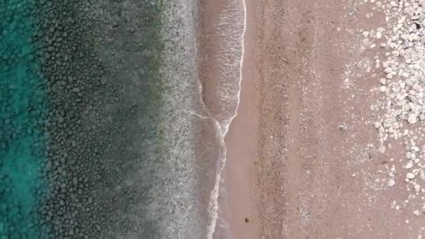 Légi kilátás az azúrtengerre és a homokos strandra
