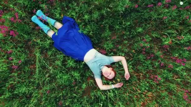 Zöld füvön futó nő a parkban